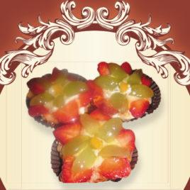 Babeczki budyniowo-śmietankowe z owocami sezonowymi